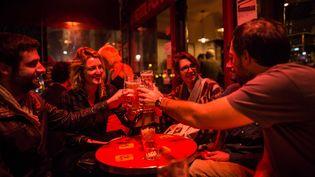 Des Parisiensdans un café du 10e arrondissement, le 17 novembre 2015. (GEAI LAURENCE / SIPA)