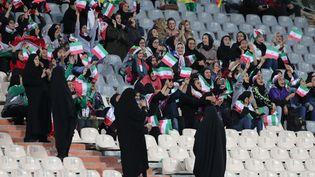 Des Iraniennes encouragent leur équipe nationale durant la rencontre contre la Bolivie, le 16 octobre 2018 à Téhéran. (SAEID ZAREIAN / DPA / AFP)