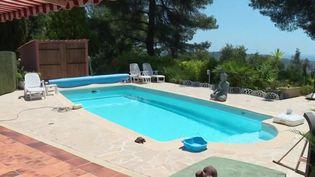 Avec la crise sanitaire, les demandes d'hébergements avec piscine privée ont explosé malgré les prix. Pour ceux qui n'ont pas forcément les moyens et qui cherchent un peu d'intimité, il existe une solution : louer une piscine à la journée ou seulement quelques heures chez un particulier. (France 3)