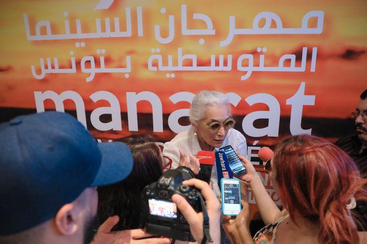 Dora Bouchoucha, directrice du festival Manarat, répond aux journalistes lors de la conférence de presse qui s'est tenue le mercredi 19 juin 2019 à Tunis (Tunisie). (MANARAT 2019)
