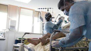 Le personnel de l'hôpital de Colombes (Hauts-de-Seine) s'occupe d'un patient atteint du Covid-19, en novembre 2020. (ALAIN JOCARD / AFP)