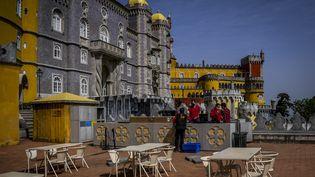 Des employés préparentl'esplanade duPalais national de Pena à Sintra (Portugal), le 31 mars 2021, quelques jours avant la réouverture des musées. (PATRICIA DE MELO MOREIRA / AFP)