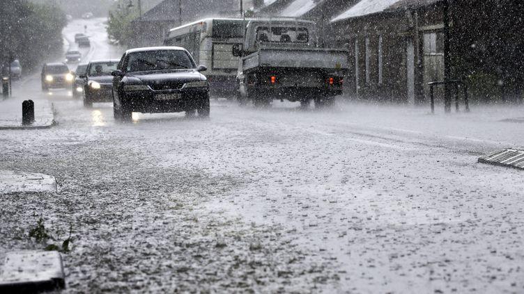 Des voituresroulent sous la pluie et la grêle pendant les orages, le 5 juin 2018, à Saint-Rémy-du-Nord (Nord). (MAXPPP)
