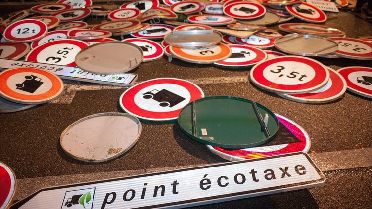 Des panneaux démontés et rassemblés à Chartres (Eure-et-Loir), le 12 novembre 2013, en protestation contre l'écotaxe pour les poids lourds. (GUILLAUME SOUVANT / AFP)