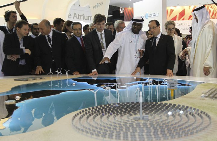 François Hollande devant une maquette du projet de Masdar, à l'occasion d'un déplacement à Abu Dhabi en 2013. (ALI HAIDER / EPA)