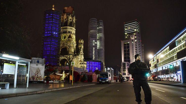 Un policier près du lieu de l'attaque au camion, qui a frappé Berlin (Allemagne) le 19 décembre 2016 (JOHN MACDOUGALL / AFP)