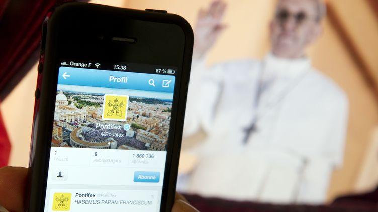 Les neuf comptes du pape vont bientôt dépasser les 4 millions d'abonnés. (LIONEL BONAVENTURE / AFP)