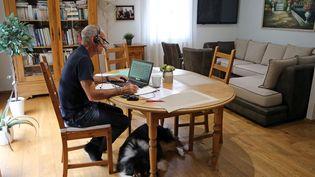 Un homme travaille depuis son salon pendant la pandémie de Covid-19. (VANESSA MEYER / MAXPPP)