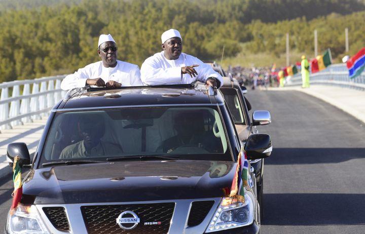 Le président sénégalais, Macky Sall (à gauche), et le président gambien, Adama Barrow, lors de l'inauguration du pont de Farafenni le 21 janvier 2019. (SEYLLOU / AFP)