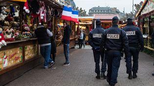 Des policiers patrouillent sur le marché de Noël de Strasbourg (Bas-Rhin), le 27 novembre 2015. (CLAUDE  TRUONG-NGOC / CITIZENSIDE.COM / AFP)