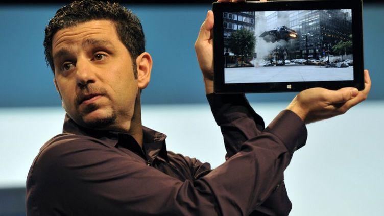 Panos Panay, directeur général de Microsoft Surface, présente la tablette du groupe, à l'occasion d'une conférence de presse, à New York, le 25 octobre 2012. (TIMOTHY A. CLARY / AFP)