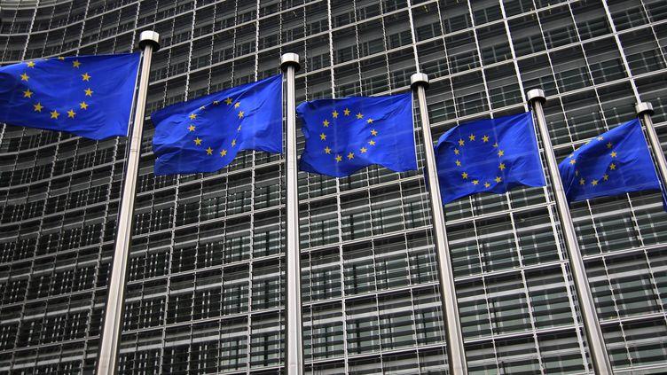 Devant le siège de la Commission européenne à Bruxelles (Belgique). (YVES HERMAN / REUTERS)