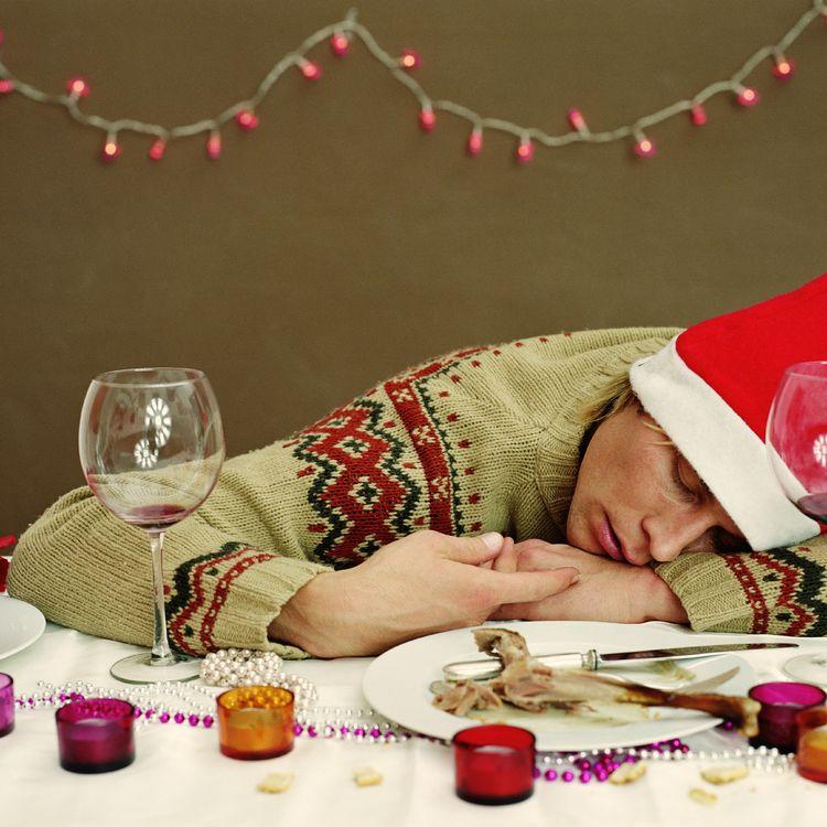 Pour éviter l'endormissement des fins de repas, notre nutritionniste préconise une marche digestive. (GETTY IMAGES)