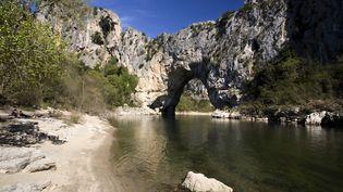La France aussi a ses lieux réservés. Près du vallon Pont d'Arc, en Ardèche, se cache un joyau du paléolithique où seuls les scientifiques peuvent pénétrer. (SIMON DESCAMPS / HEMIS.FR / AFP)