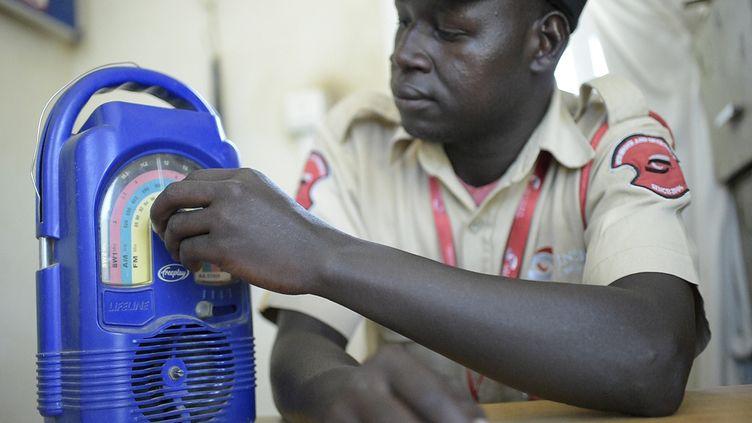 Un agent de sécurité dans les locaux de la station Eye Radio à Juba, capitale du Soudan du Sud, le 2 mars 2019. (SIMON MAINA / AFP)