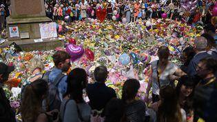 Les Britanniques ont respecté une minute de silence jeudi 25 mai en hommage aux victimes de l'attentat de Manchester. (OLI SCARFF / AFP)