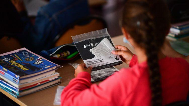 Une élève en classe à Vincennes, près de Paris, le 1er septembre 2020. (MARTIN BUREAU / AFP)