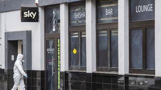 Un officier de police scientifique devant un bar où a eu lieu une fusillade dans le centre de Hanau, près de Francfort-sur-le-Main, en Allemagne, le 20 février 2020. (THOMAS LOHNES / AFP)