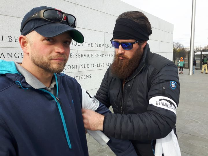 A droite,Mark Sanderson, cofondateur de l'association Veteransrespond, près du Mémorial des soldats blessés (RADIO FRANCE / GRÉGOIRE LECALOT)