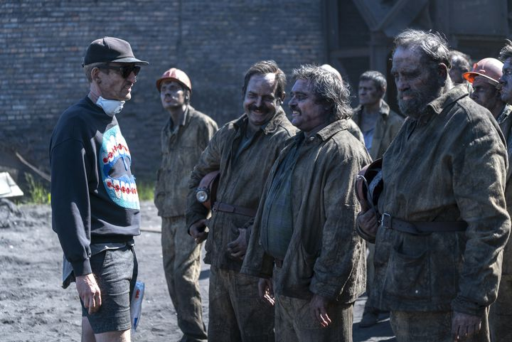 """Sur le tournage de """"Chernobyl"""", avec une partie des acteurs incarnant les mineurs qui sont intervenus sous la centrale nucléaire. (HBO)"""