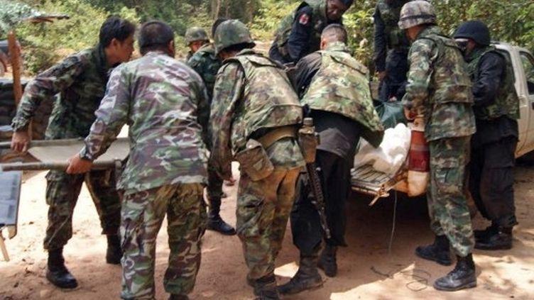 Des soldats thaïlandais évacuent un blessé, touché par des tirs à la frontière Thaïlande-Cambodge, le 22 avril 2011. (AFP)