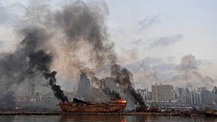 Un navire en flammes après les explosions qui ont détruit le port de Beyrouth (Liban), le 4 août 2020. (AFP)