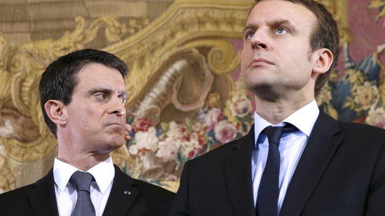 Manuel Valls et Emmanuel Macron, lors d'une conférence de presse, à Paris, le 8 février 2016. (PATRICK KOVARIK / AFP)