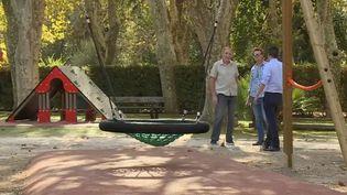 Michel Lottier, retraité de la commune du Pradet dans le Var, a fait installerdeux nouvelles balançoires dans un jardin d'enfants grâce au budget participatif. (FRANCE 2)