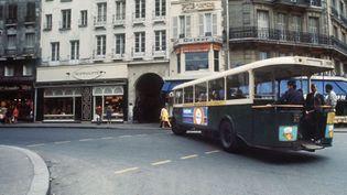 Un bus à plate-forme de la RATP dans une rue de Paris (août 1970)  (AFP)