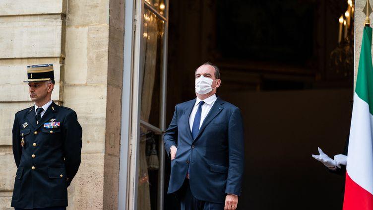 Le Premier ministre,Jean Castex, sur le perron de Matignon, le 6 juillet 2021. (XOSE BOUZAS / HANS LUCAS / AFP)