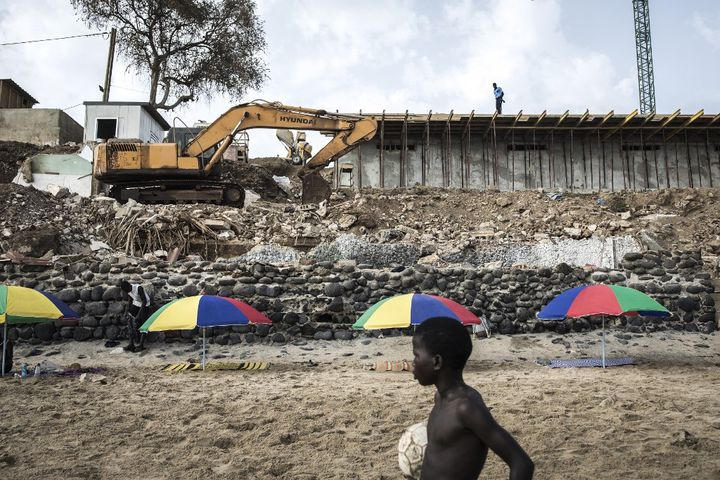 Le 27 juin 2020, un enfant joue sur la plage des Mamelles, au pied d'un chantier de construction. (JOHN WESSELS / AFP)