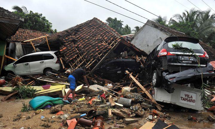 Un habitant de Carita (Indonésie) fouille les décombres après un tsunami, le 23 décembre 2018. (ANTARA FOTO AGENCY / REUTERS)