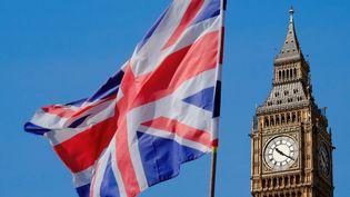 Le drapeau de l'Union Jack flotte devant Big Ben, à Londres. (PATRICK LEFEVRE / MAXPPP)