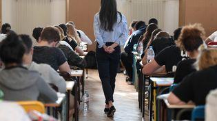 Une professeure surveille l'épreuve de philosophie du baccalauréat, le 18 juin 2018 au lycée Pasteur de Strasbourg. (FREDERICK FLORIN / AFP)