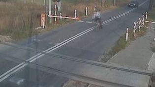 Capture d'écran montrant le cycliste polonaisarrivant sur le passage à niveau, le 5 novembre 2015 àOpole, dans lesud du pays. (VWTOURANPOLAND / YOUTUBE)