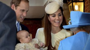 Le prince George, fils de William et Kate, présenté à la reine Elisabeth II avant le baptême à Londres (Royaume-Uni), le 23 octobre 2013. (REUTERS)