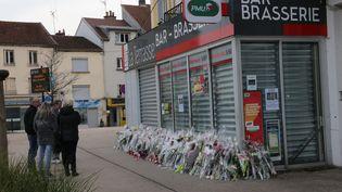 Des fleurs sont déposées devant le bar des parents d'Alexia Daval, jeune femme disparue lors d'un jogging à Gray (Haute-Saône), le 2 novembre 2017. (MAXPPP)