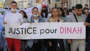 Des proches de Dinah,adolescente de 14 ans qui s'est suicidée à cause du harcèlement scolaire qu'elle subissait, sont réunis à l'occasion d'une marche blanche, le 24 octobre 2021, à Mulhouse (Haut-Rhin). (FREDERICK FLORIN / AFP)