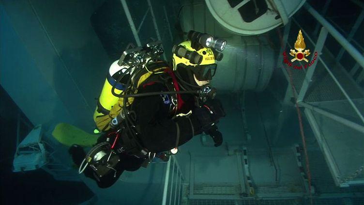 """Un plongeur inspecte l'épave du """"Concordia"""", le 30 janvier 2012. (REUTERS)"""