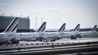 Des avions Air France parqués sur le Tarmac de l'aéroport Roissy-Charles de Gaulle, au nord de Paris. (STEPHANE DE SAKUTIN / AFP)