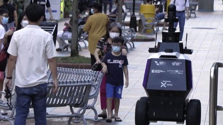 Singapour : un robot patrouilleur en expérimentation (FRANCEINFO)