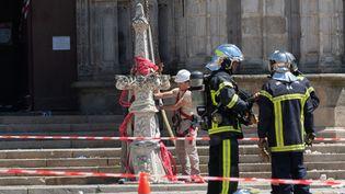 Des pompiers devant la cathédrale Saint-Pierre et Saint-Paul de Nantes (Loire-Atlantique), alors qu'elle a en partie brûlé, le 18 juillet 2020. (ESTELLE RUIZ / HANS LUCAS / AFP)