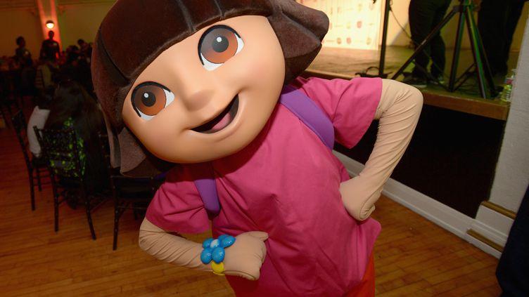 """Une personne déguisée en """"Dora l'exploratrice"""", le 24 novembre 2015, à Los Angeles. (CHARLEY GALLAY / GETTY IMAGES NORTH AMERICA)"""