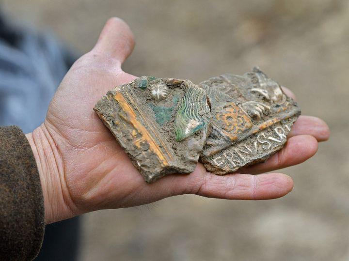 Fragments peints d'un fourneau découverts dansune villa romaine découverte sous un immeuble de Rome en 2014-18 et ouverte au public le 7 mai 2021. (MARTIN SCHUTT / DPA-ZENTRALBILD)
