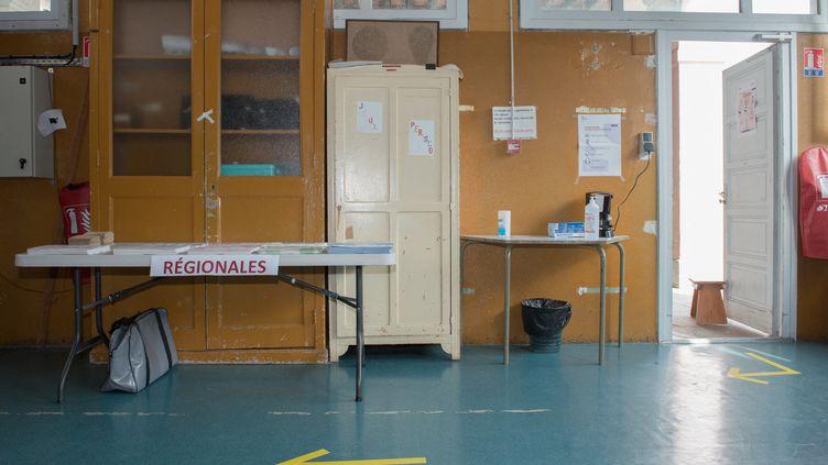 Un bureau de vote vide à Grenoble (Isère) lors du premier tours des élections régionales du 20 juin 2021. (JEAN-CHRISTOPHE MONNIER / HANS LUCAS / AFP)