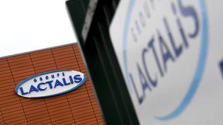 Le logo de Lactalissur un bâtiment du groupe, à Laval (Mayenne), le 12 janvier 2018. (DAMIEN MEYER / AFP)