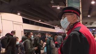 De nombreux Français ont décidé de profiter du pont de l'Ascension, qui débute jeudi 13 mai, pour aller prendre l'air. La SNCF attend un million de voyageur dans les gares ce week-end, tandis que Bison Futé voit rouge dans toute l'Ile-de-France pour la soirée du mercredi 12. (FRANCE 2)