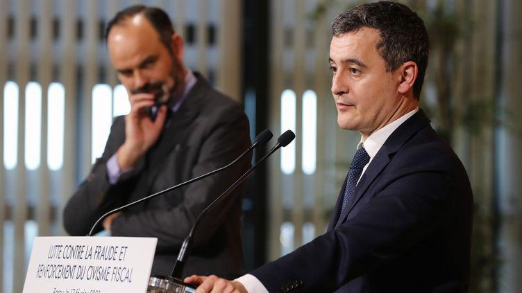 Le ministre des Comptes publics Gérald Darmanin (au premier plan) et le Premier ministre Edouard Philippe, lors d'une conférence de presse, le 17 février 2020. (LUDOVIC MARIN / AFP)