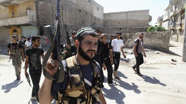 Des rebelles syriens, le 15 juin 2013 à Alep (Syrie). (MUZAFFAR SALMAN / REUTERS)