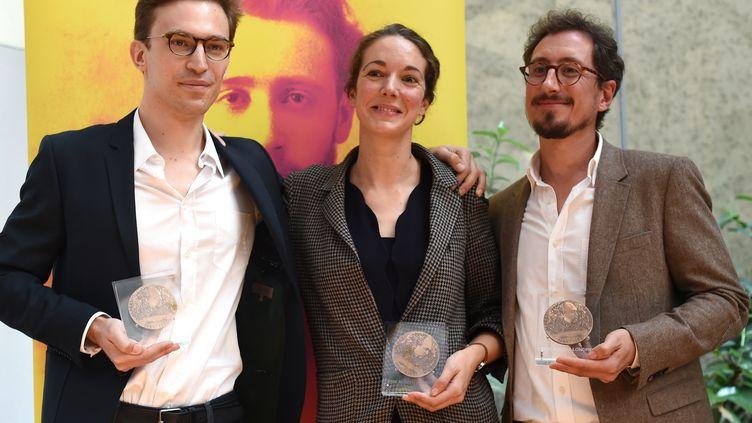 Les lauréats du prix Albert-Londres, Élise Vincent (au centre), Jean-Baptiste Malet (à gauche) et Christophe Barreyre (à droite), le 22 octobre 2018 à Istanbul, en Turquie. (BULENT KILIC / AFP)